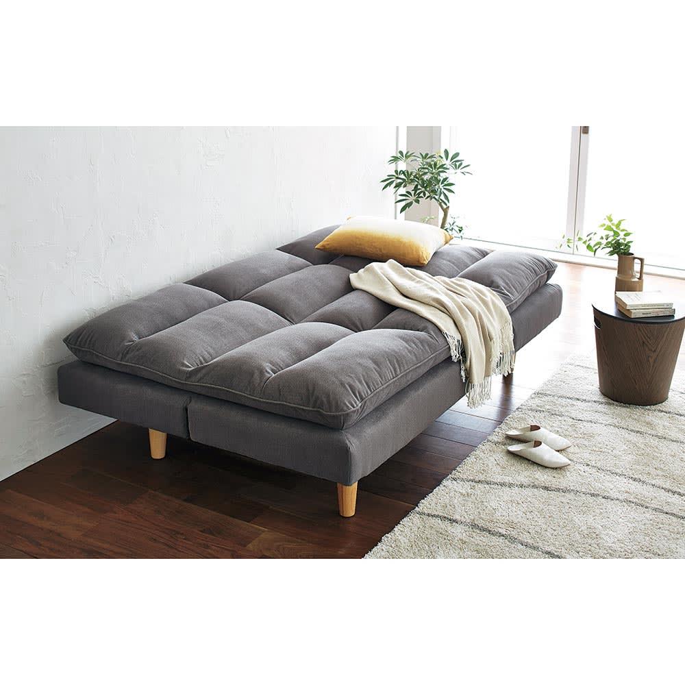 Tredirezi/トレディレジー 3wayソファベッド 背もたれのギアを解除して倒すとソファベッドに。(背もたれ側にベッドにするスペースが必要です)