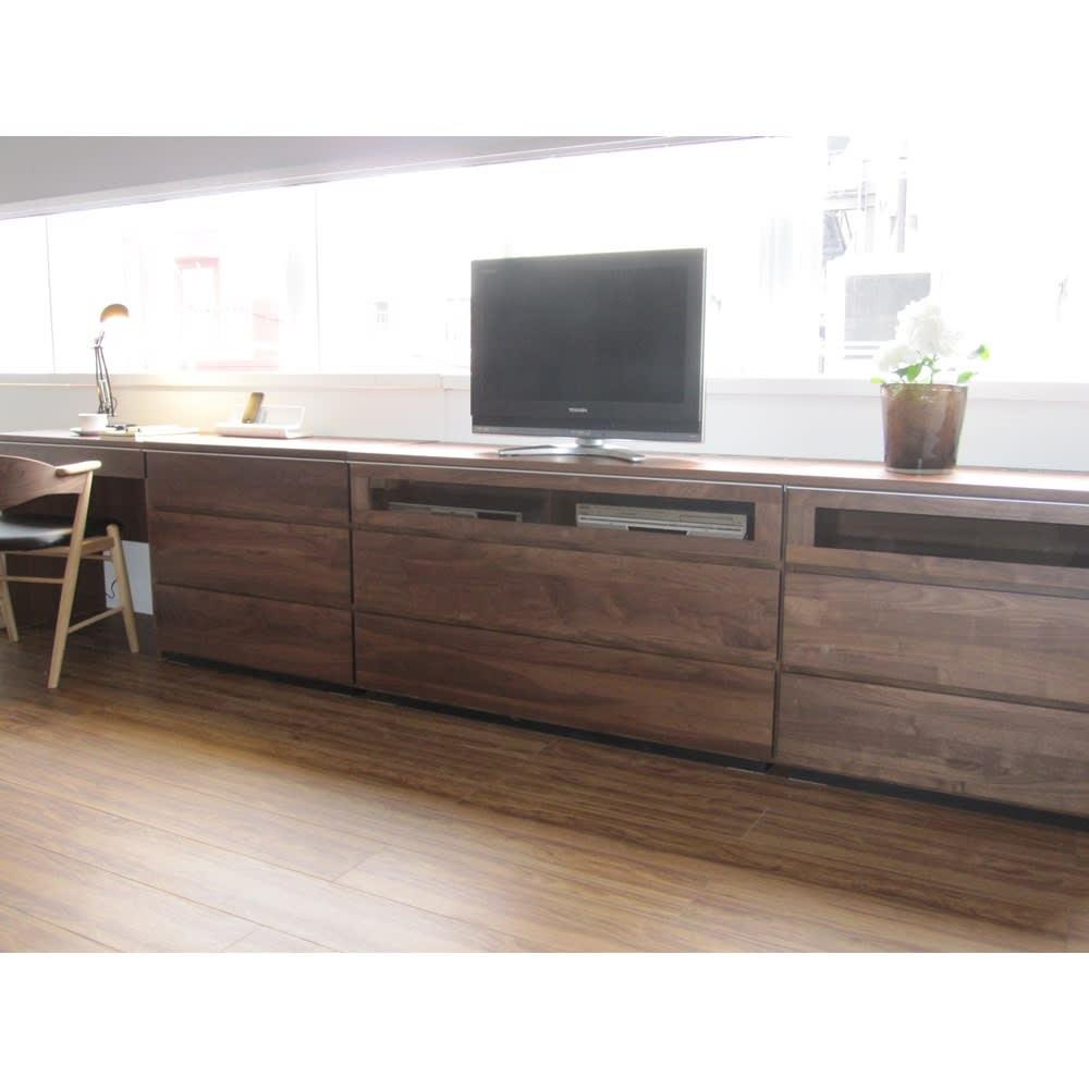 Nyhavn(ニューハウン) ウォルナットベッドサイド収納 ミドルAVチェストテレビボード 幅120奥行45高さ70cm コーディネート例。同シリーズのAVチェスト幅80・120、チェスト、デスクを組み合わせています。