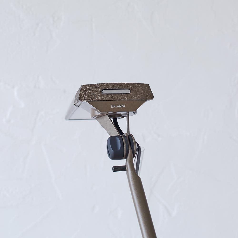向きと高さを自由に変えられる センサー式LEDデスクライト エグザーム(EXARM)ライト サイドのスイッチで調光・調色をコントロールします