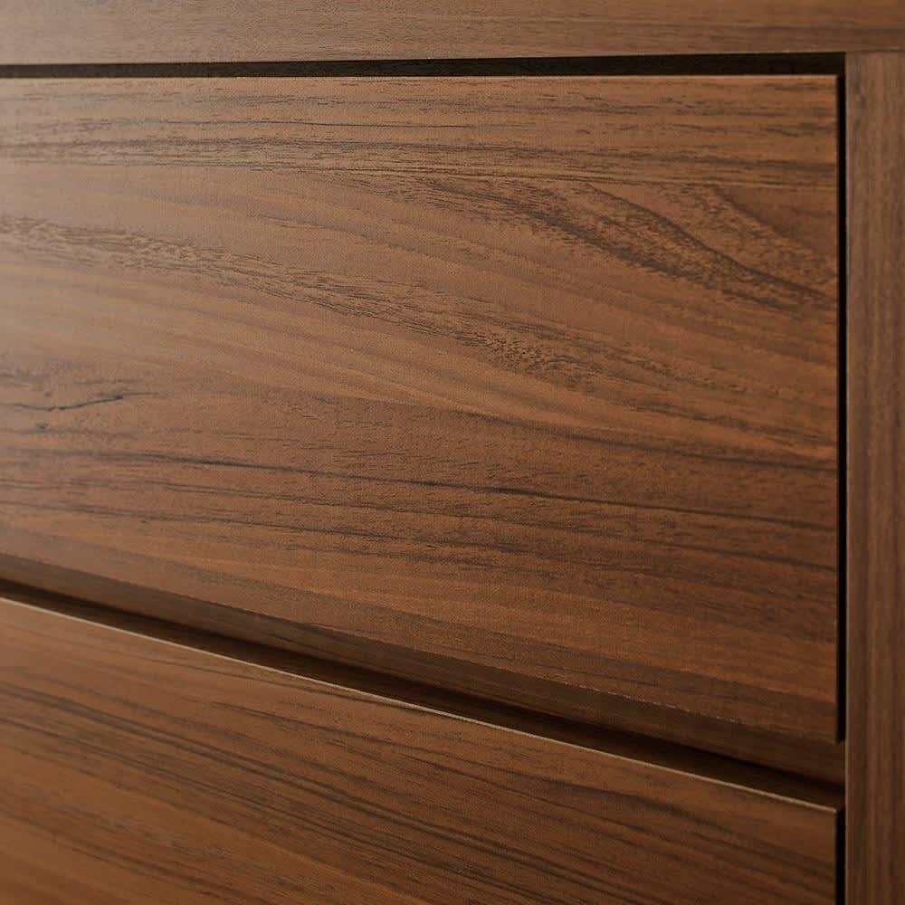 奥行50cm深型チェスト 幅60cm・5段(高さ115cm) ウォルナットの重厚な表情をリアルに再現した表面材を採用。