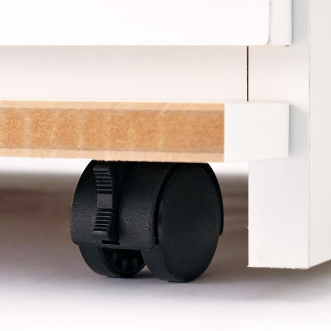 クローゼットチェスト(隠しキャスター付き) 幅90cm・2段 移動がラクな隠しキャスター。ストッパー付きで固定もできます。キャスターをロック&解除する際に幕板を簡単にめくれる仕様です。