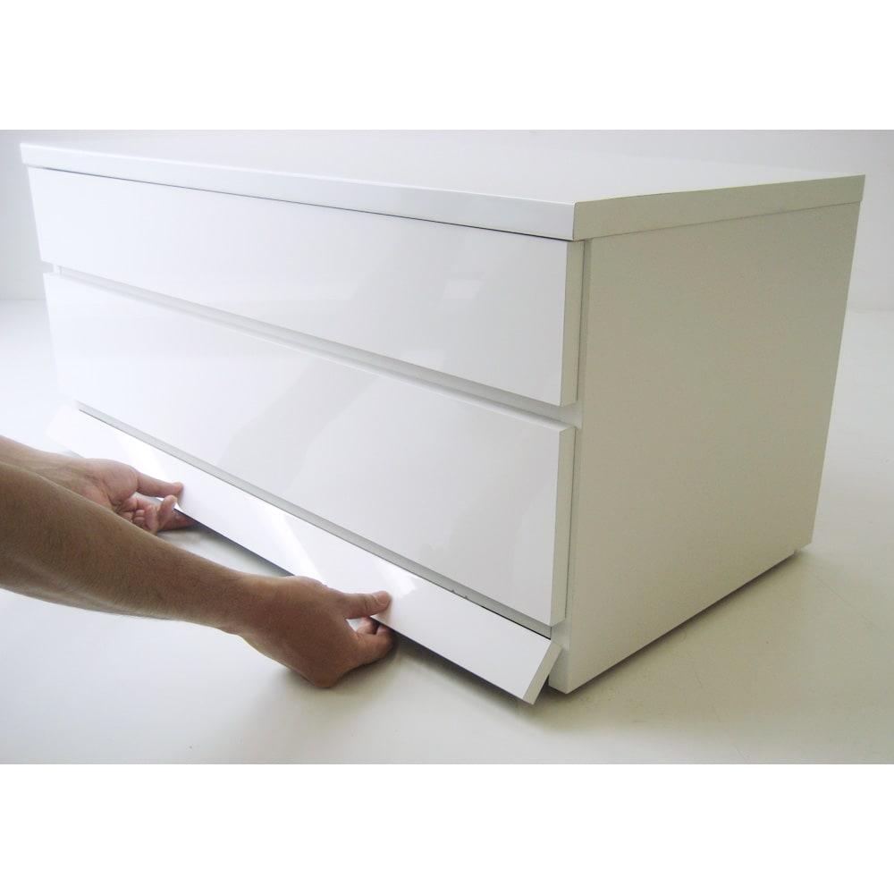 クローゼットチェスト(隠しキャスター付き) 幅90cm・2段 幕板は蝶番付きで手で簡単にめくれます。