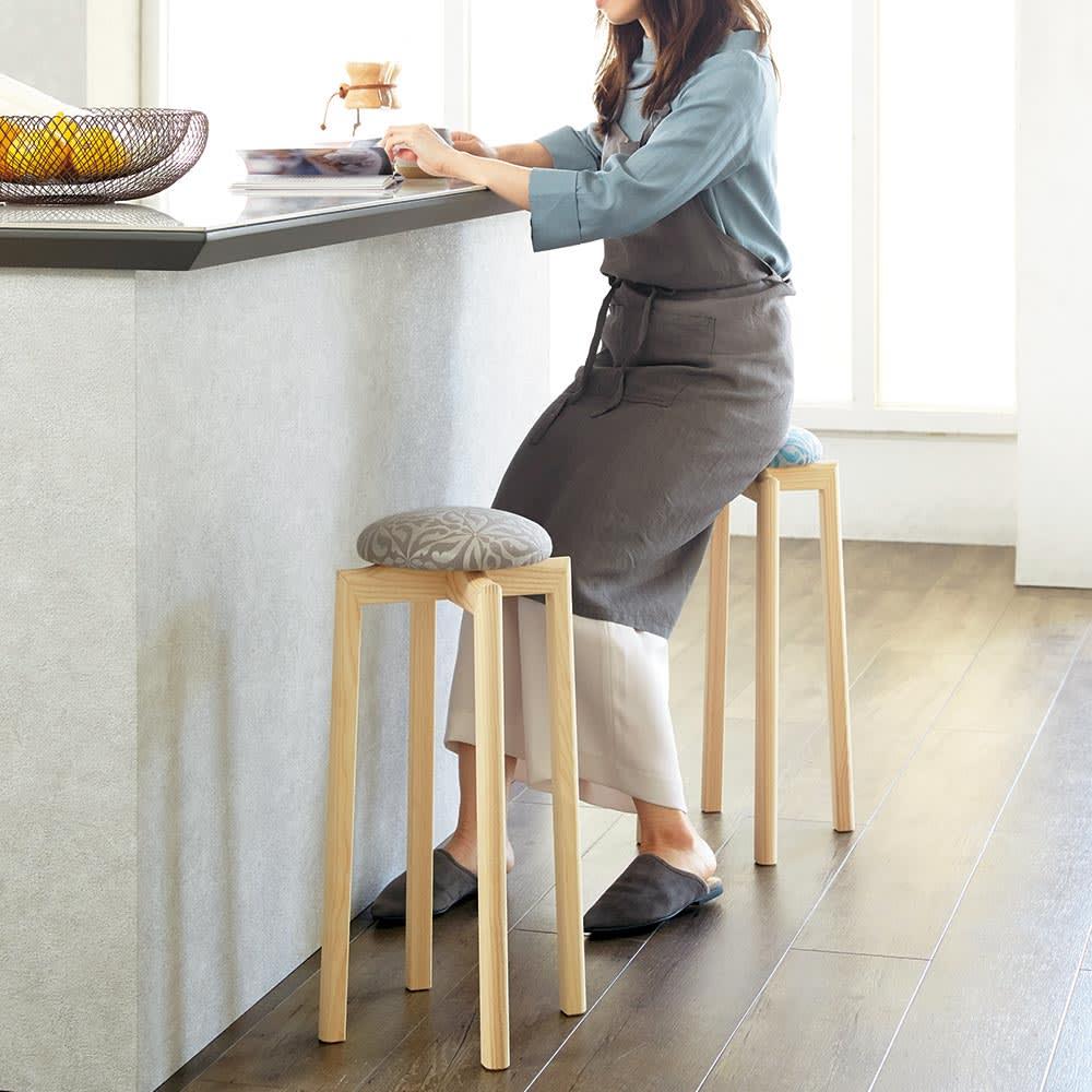 HOUSE STYLING別注マッシュルームスツール[TAKUMIKOUGEI・匠工芸] 高さ60cmはカウンターに合わせて使ったり、立ち座りの多いキッチンなどの腰かけにピッタリの高さ。