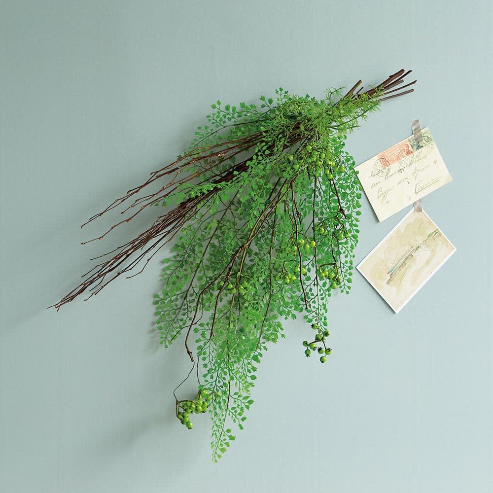 ベリーのアレンジメントグリーン スワッグ 人気のアジアンタム×ドライ白樺の、上品なアレンジメント