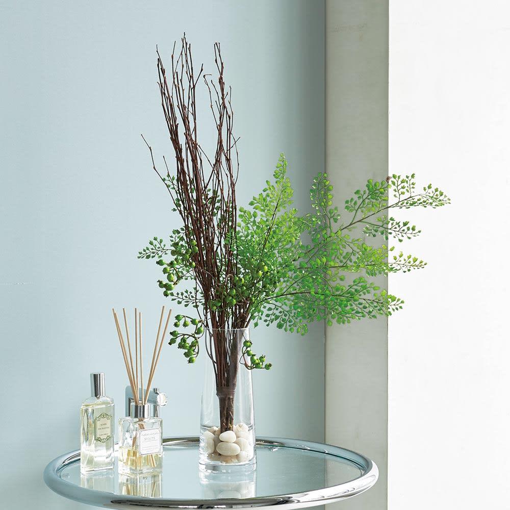 ベリーのアレンジメントグリーン ガラスアレンジメント 人気のアジアンタムと白樺にベリーを添えた、上品なアレンジメント