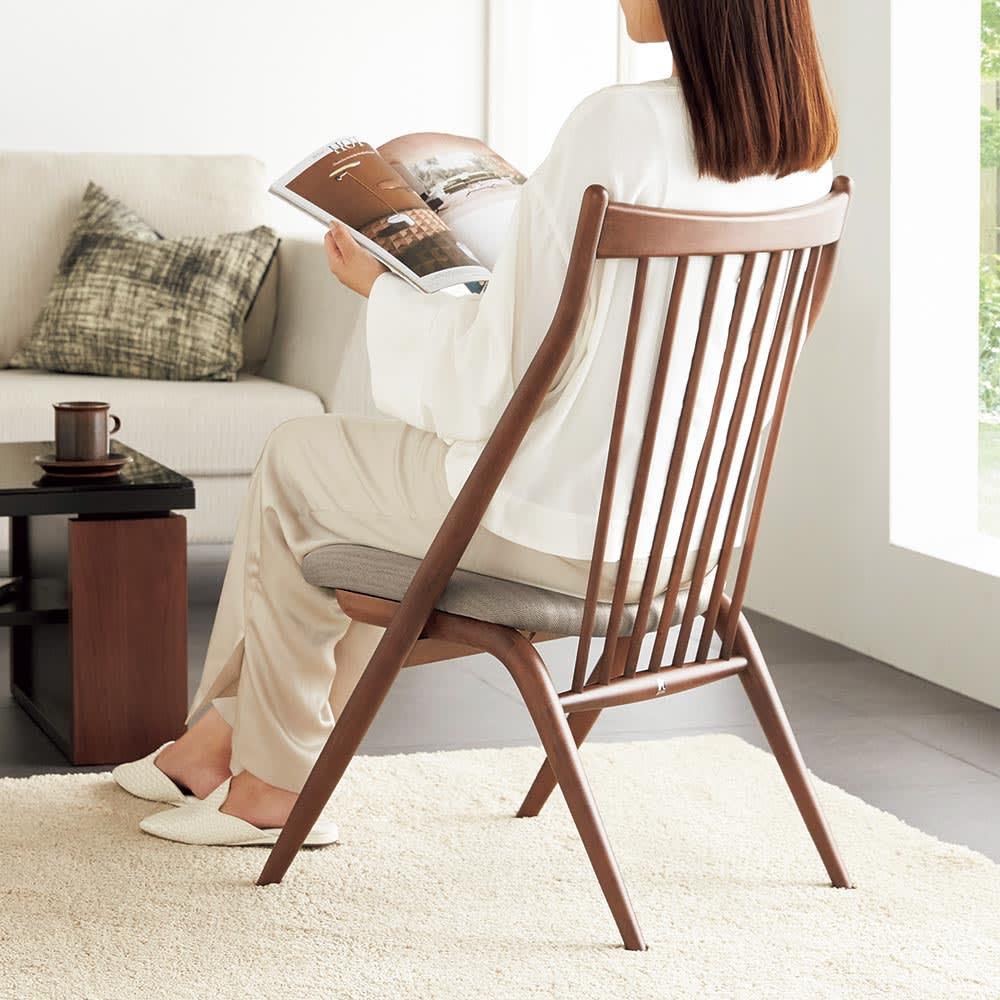 CASCADA/カスケード HOUSE STYLING別注チェア[HIDA・飛騨産業] 心持低い座面と、緩やかに傾斜する背もたれでリラックスした体勢で腰かけることができます。リビングやソファ横に置いてパーソナルチェアに。