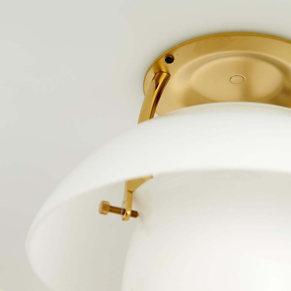 フロアライト PH 3 1/2-2 1/2[Louis Poulsen・ルイスポールセン/デザイン:ポール・ヘニングセン] 一番上、真ん中のシェードは、支えの金具の上に乗せてセットしています。