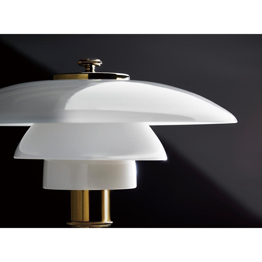テーブルライト・デスクライト PH 2/1[Louis Poulsen・ルイスポールセン/デザイン:ポール・ヘニングセン] シェードはハンドメイドの吹きガラス。3層で構成され、内側は光の反射をソフトにするためサンドブラスト加工処理に。