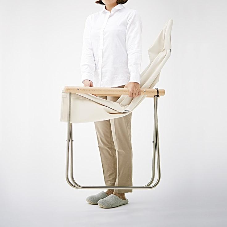 Nychair X ニーチェア エックス [Takeshi Nii/デザイン:新居猛] 使わない時はスリムに折りたためて自立。すき間に収納できます。約6.5kgと軽量で、持ち運びも簡単。