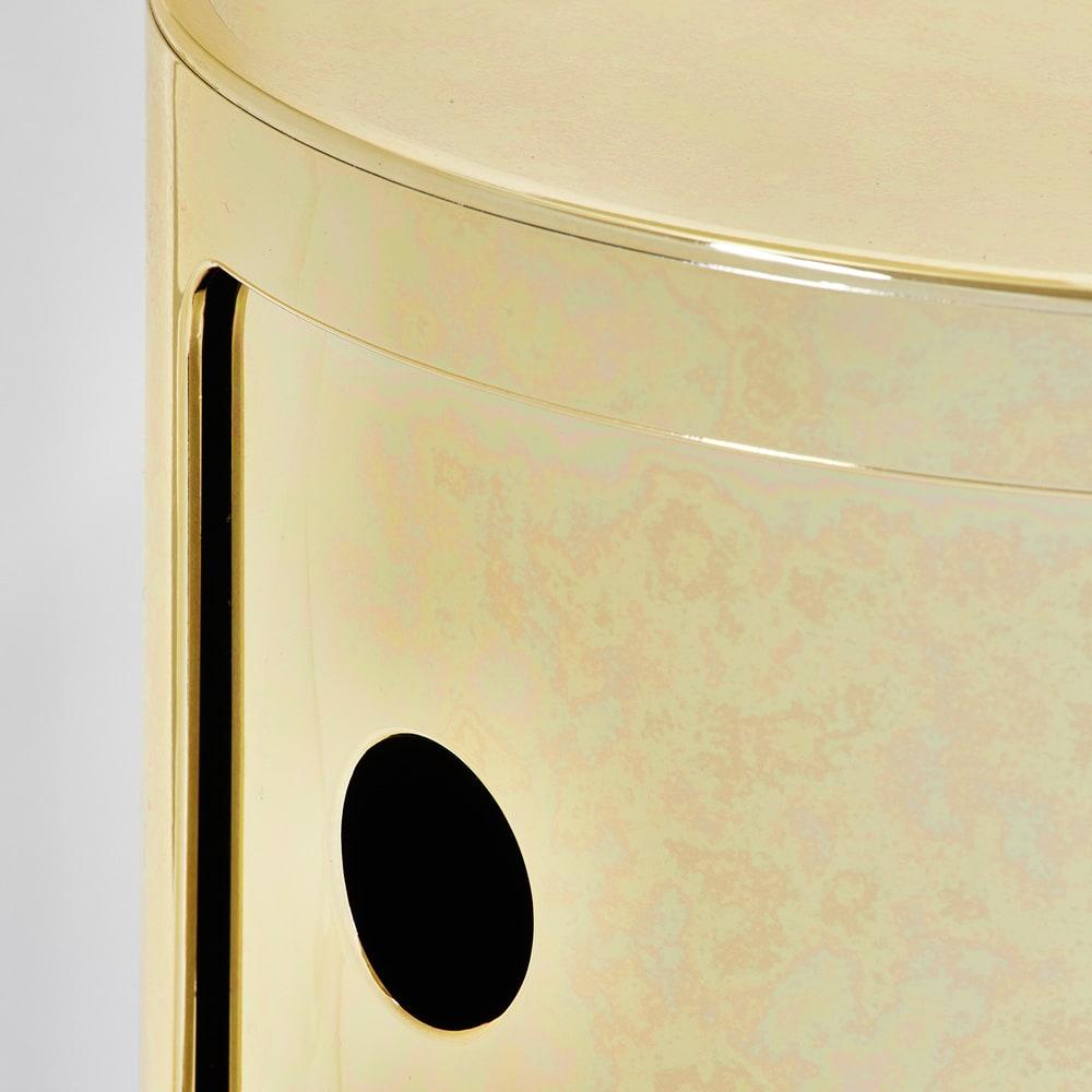 2段・高さ40cm(Componibili/コンポニビリ ストレージ メタル [Kartell・カルテル/デザイン:アンナ・カステリ・フェリエーリ]) ゴールドの拡大。本物の金属のように使い込んだような風合いで塗装しています。