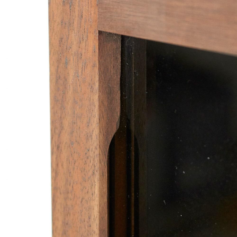 AlusStyle/アルススタイル リビングシリーズ サイドキャビネット 幅40cm・右開き 扉枠に彫り込みを設け、開閉時の手掛けに。目立たずすっきりとした見た目ながら、きちんと指がかかって開けやすい設計。