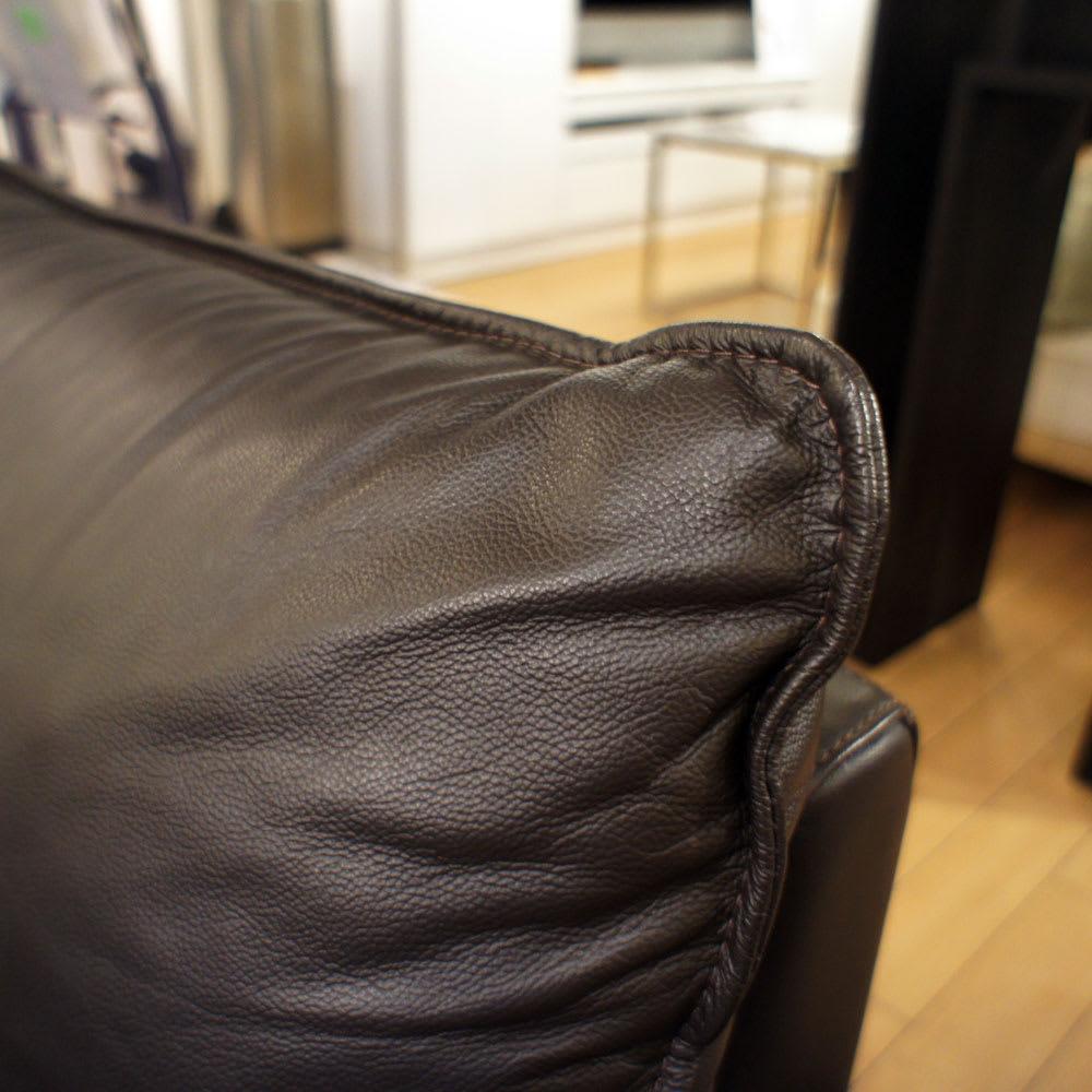 総革張り・レザーソファシリーズ コーナーソファーセット(座って左)[LX コレクション] 背クッションには大きな1枚革をぜいたくに使い、エッジを際立たせた縫製を施しました。中身はポリエステルわたの繊維を短く加工し弾力性を増したフィリングをたっぷりと使用しています。