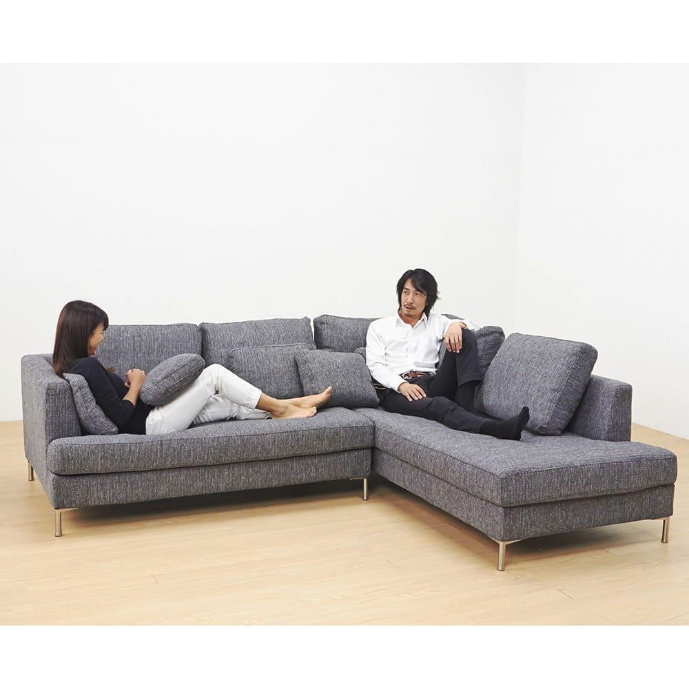Slimleg(スリムレッグ)  カバーリングソファ コーナーソファセット座って右 小クッションは座面奥行を調整したり、時には枕としても使えるのでとっても便利です。 ※モデル身長:女性155cm、男性176cm