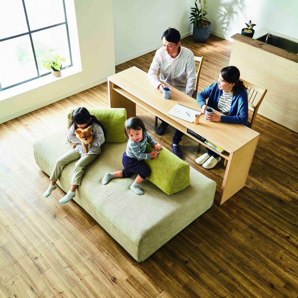 Saari/サアリー カバーリングソファシリーズ モデル画像 テーブルを挟んで新しい家族のだんらんが生まれます。