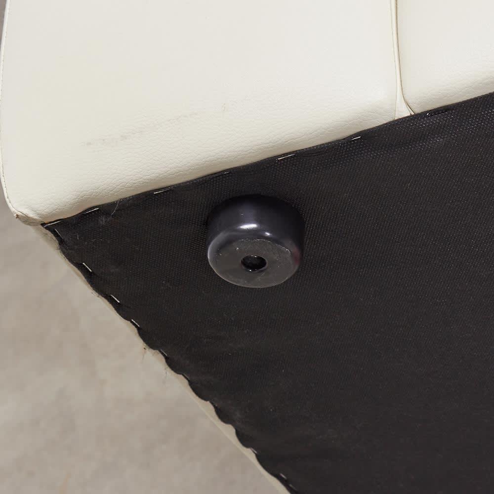 2人掛け Sediangelo/セディアンジェロ スーパーソフトクッション レザーソファ (ラブソファ) 脚部アップ 樹脂脚が最初からついています。 お手持ちのフェルトなどで保護してお使い頂くことをおすすめします。