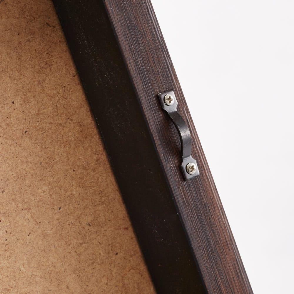 X-RAY/エックスレイ アートフレーム 壁掛け用のフックと紐付きです。