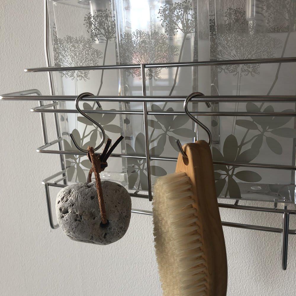 ステンレス製シャンプーバスケット ハンガーバー付き 洗顔ネットやブラシは付属のフックにかけて収納可能です。