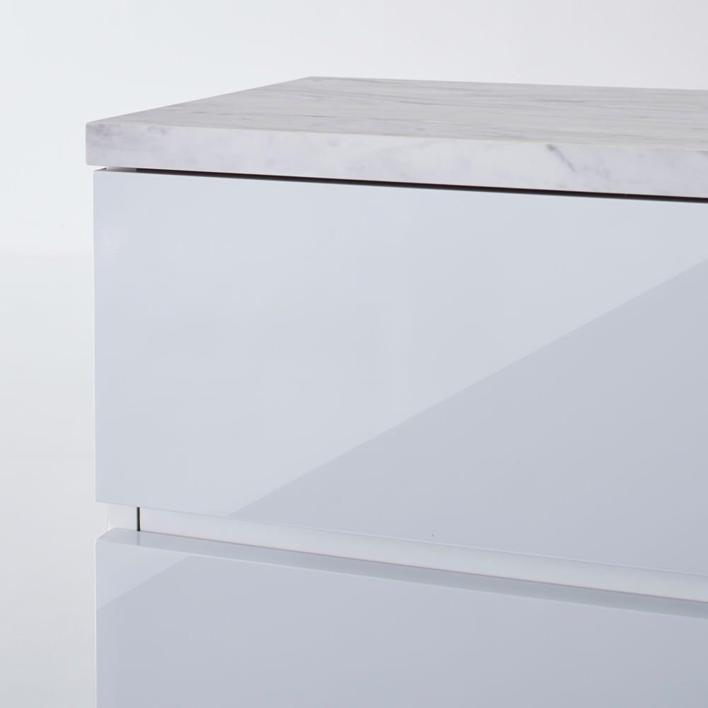Marblenome/マーブルノーム サニタリーチェスト 幅30奥行45cm (ア)ホワイト前面アップ。つやが美しくお手入れのしやすいポリエステル化粧合板を使用しています