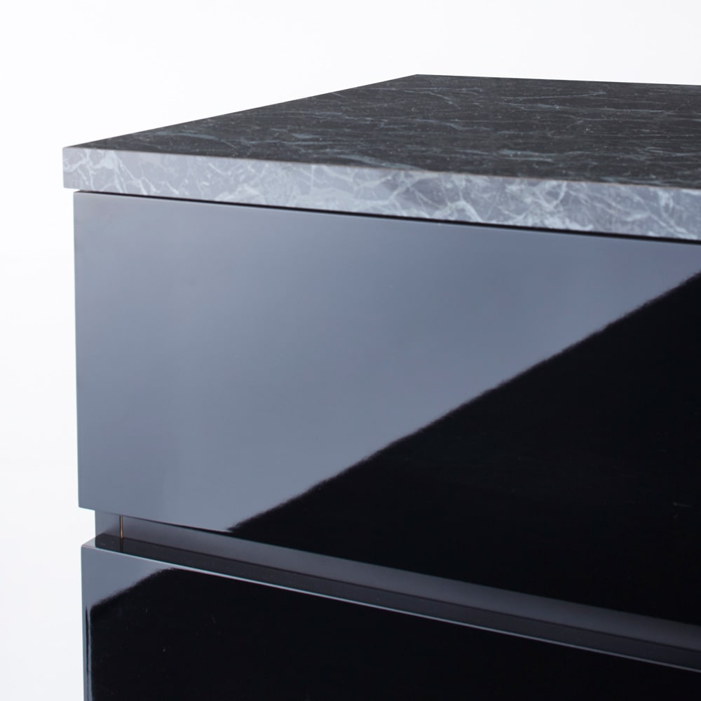 Marblenome/マーブルノーム サニタリーチェスト 幅45奥行45cm (イ)ブラック前面アップ。つやが美しくお手入れのしやすいポリエステル化粧合板を使用しています