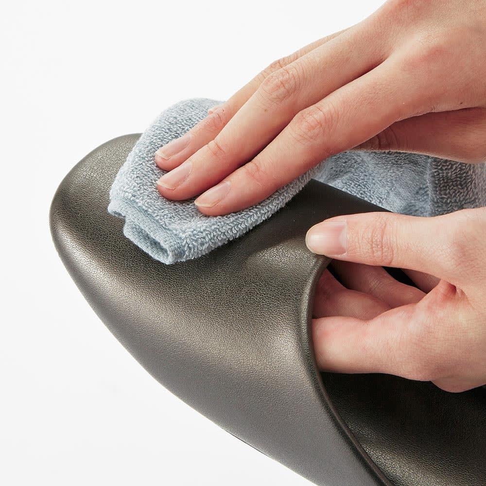 スタイリッシュゲストスリッパ 4足組 合皮素材なので、水拭きで簡単にお手入れできます。