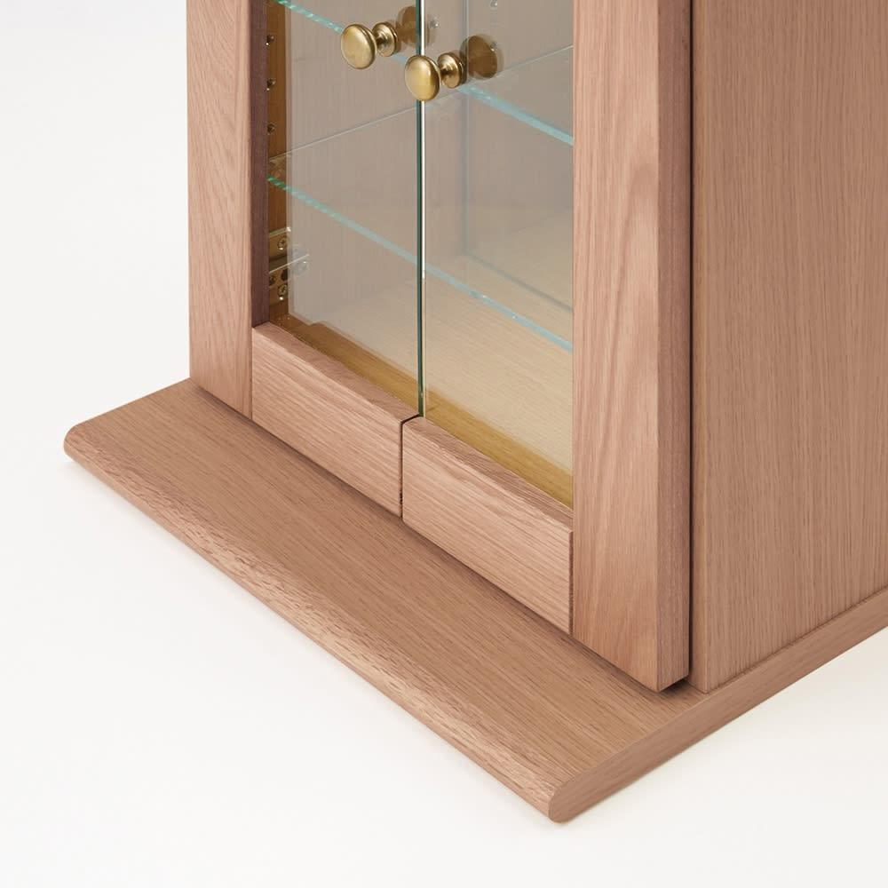 Taide/タイデ 天然木卓上キュリオケース 幅60cm高さ80cm 安定感のあるボトムステージで前倒れを防止。台座はお届け後、取付作業が必要です。付属のネジ4つで簡単に取付できます。