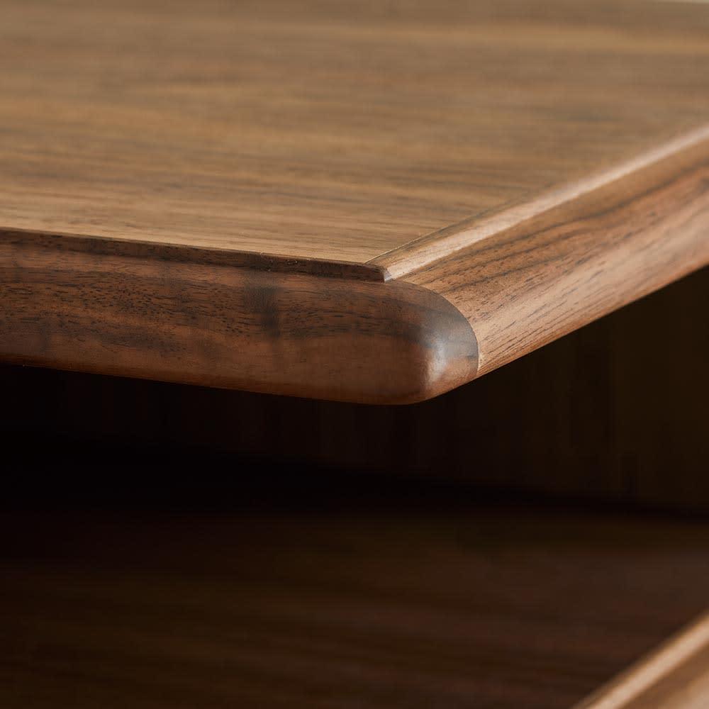 Kaamos/カーモス スリッパラック 天板や棚板の縁に丁寧に飾り彫りを施し、シンプルながら上質感のある仕上がりです。
