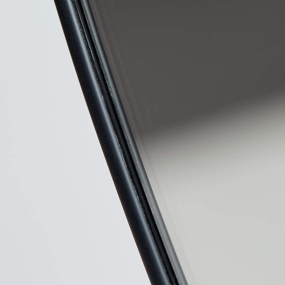 隠し棚付き 壁掛けミラー・ウォールミラー 円形 幅51cm高さ51cm Cirko/サーコ [umbra・アンブラ] ミラーの縁は細いブラックで極限までシンプルに仕上げたスマートなシルエットが魅力。