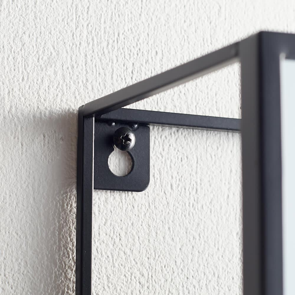 隠し棚付き 壁掛けミラー・ウォールミラー 長方形 幅30.5cm高さ61cm Cubiko/キュービコ [umbra・アンブラ] 後ろ側フレームについた穴をビス留めすることで壁に取り付けできます。