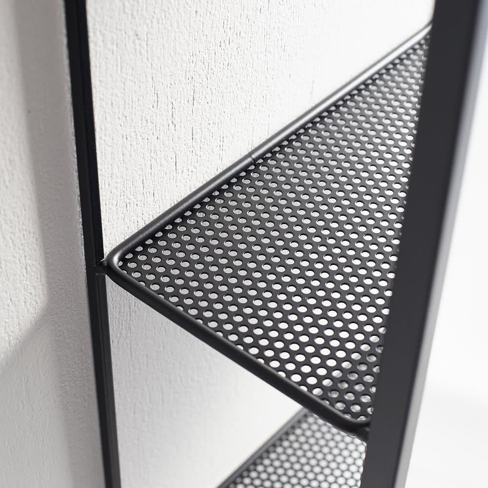 隠し棚付き 壁掛けミラー・ウォールミラー 長方形 幅30.5cm高さ61cm Cubiko/キュービコ [umbra・アンブラ] 棚はメッシュ仕様で見た目にも軽やかな仕上がり。