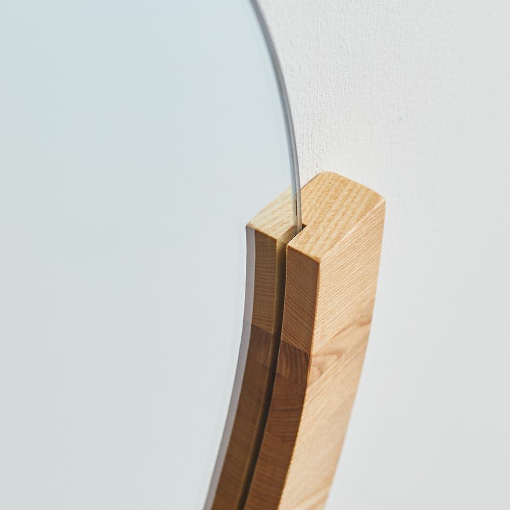 MIRA/ミラ 壁掛けミラー・ウォールミラー 小サイズ径56cm[umbra・アンブラ] フレームは厚みのある無垢材を使用しています。