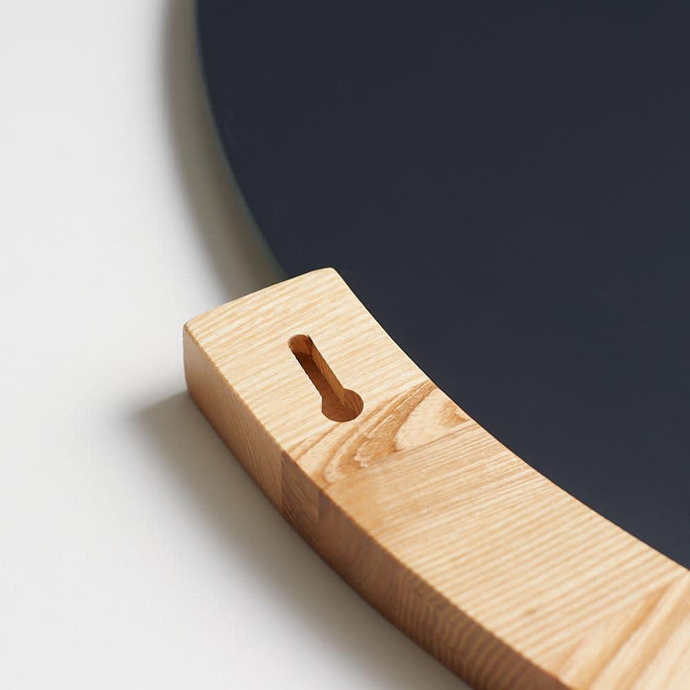 MIRA/ミラ 壁掛けミラー・ウォールミラー 小サイズ径56cm[umbra・アンブラ] 取付時は、木フレーム部のくぼみにビス等を引っ掛けて使用します。