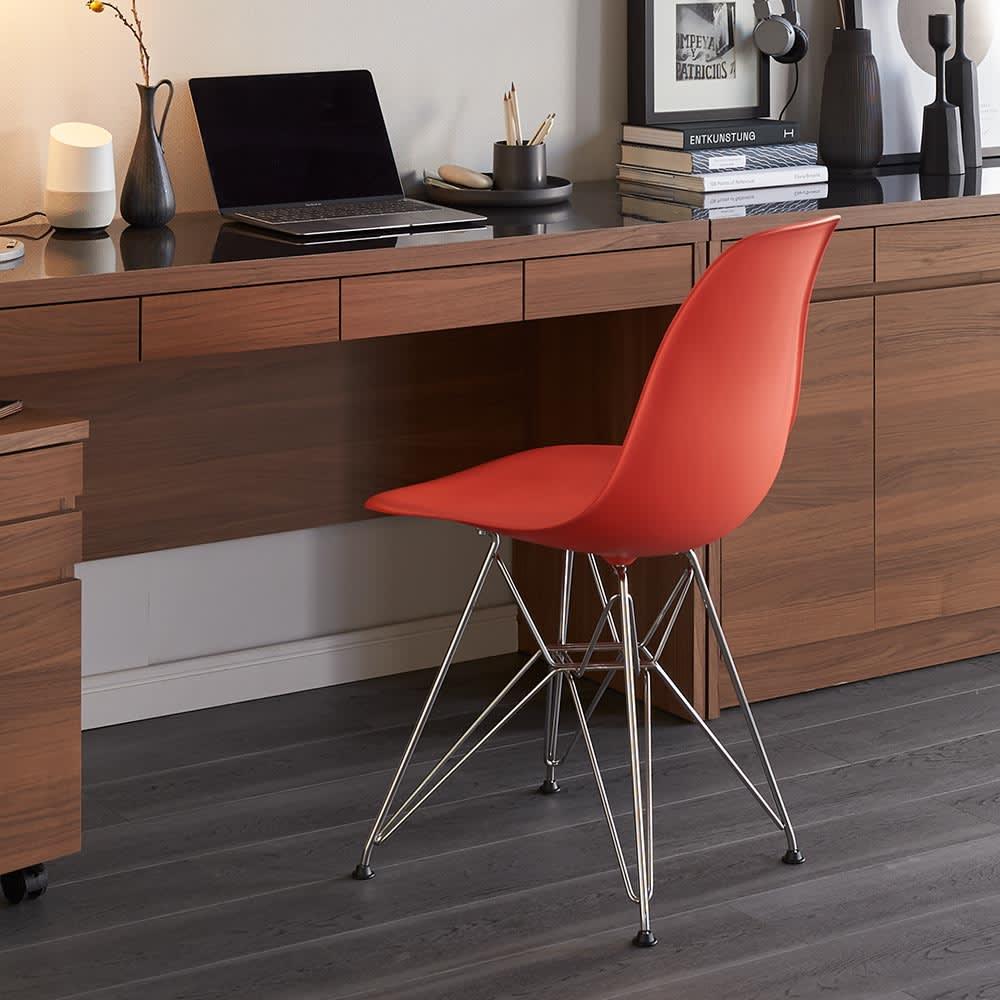 イームズシェルチェアDSR(イームズプラスチック シェルサイドチェア ワイヤーベース)[ハーマン・ミラー正規品] しっかりとした座り心地と背中に沿うシルエットで、デスクチェアとしてもお勧めです。