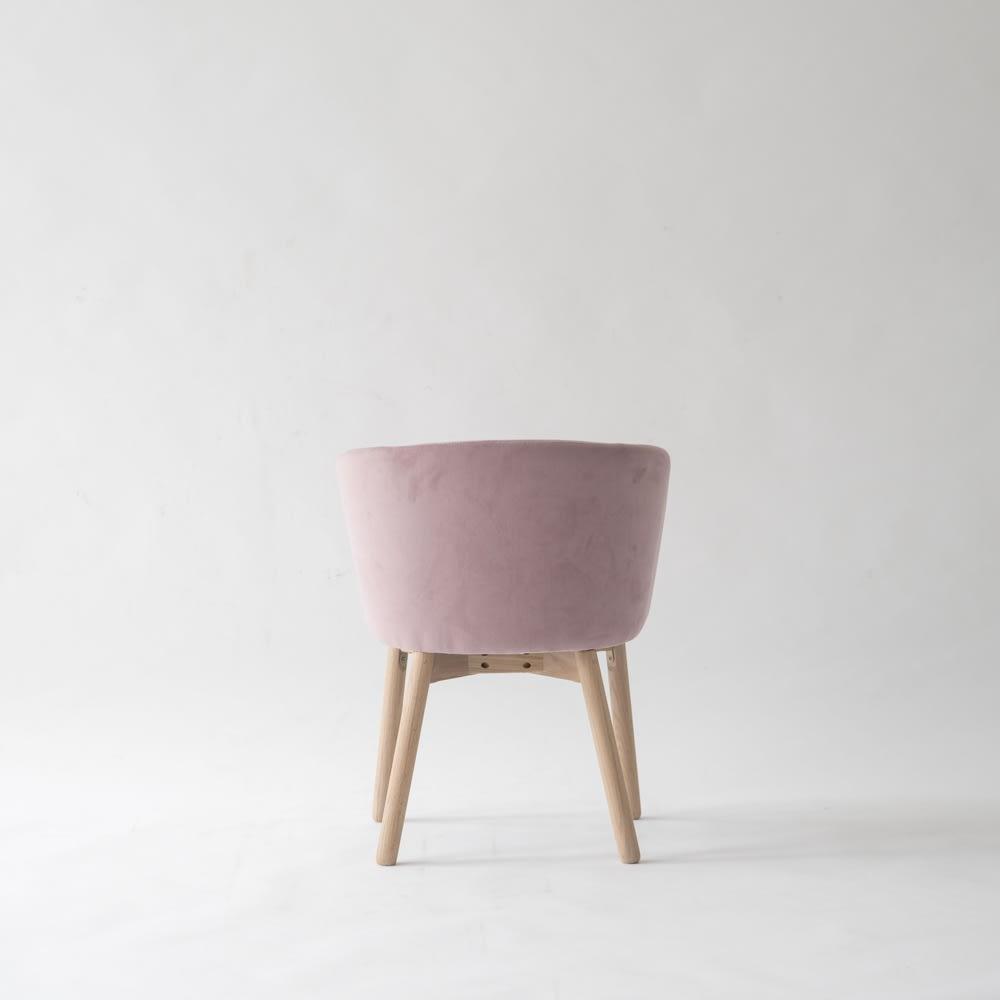 Ridge/リッジ ダイニングセット 天然木丸テーブル5点セット テーブル直径110cm 背面も共布のベロア素材。丸いカーブでより光沢のある生地が美しく映えます。普段、椅子は背中側を見せていることが断然多いもの。だからこそ、後姿の美しさにもこだわりました。