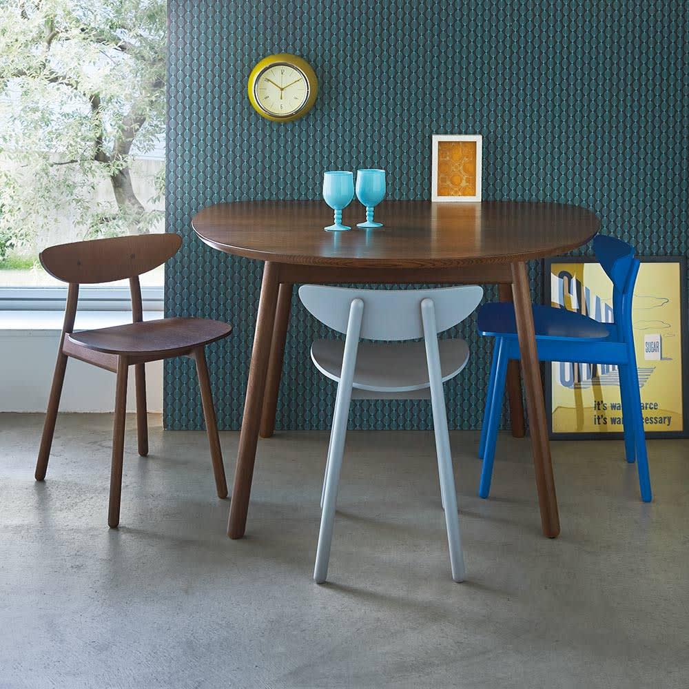 cobrina/コブリナ オーク天然木 ダイニングテーブル 幅89 奥行80cm [コーディネート例] (イ)ブラウン  差し色をプラスして、モダンなインテリアにもコーディネート。