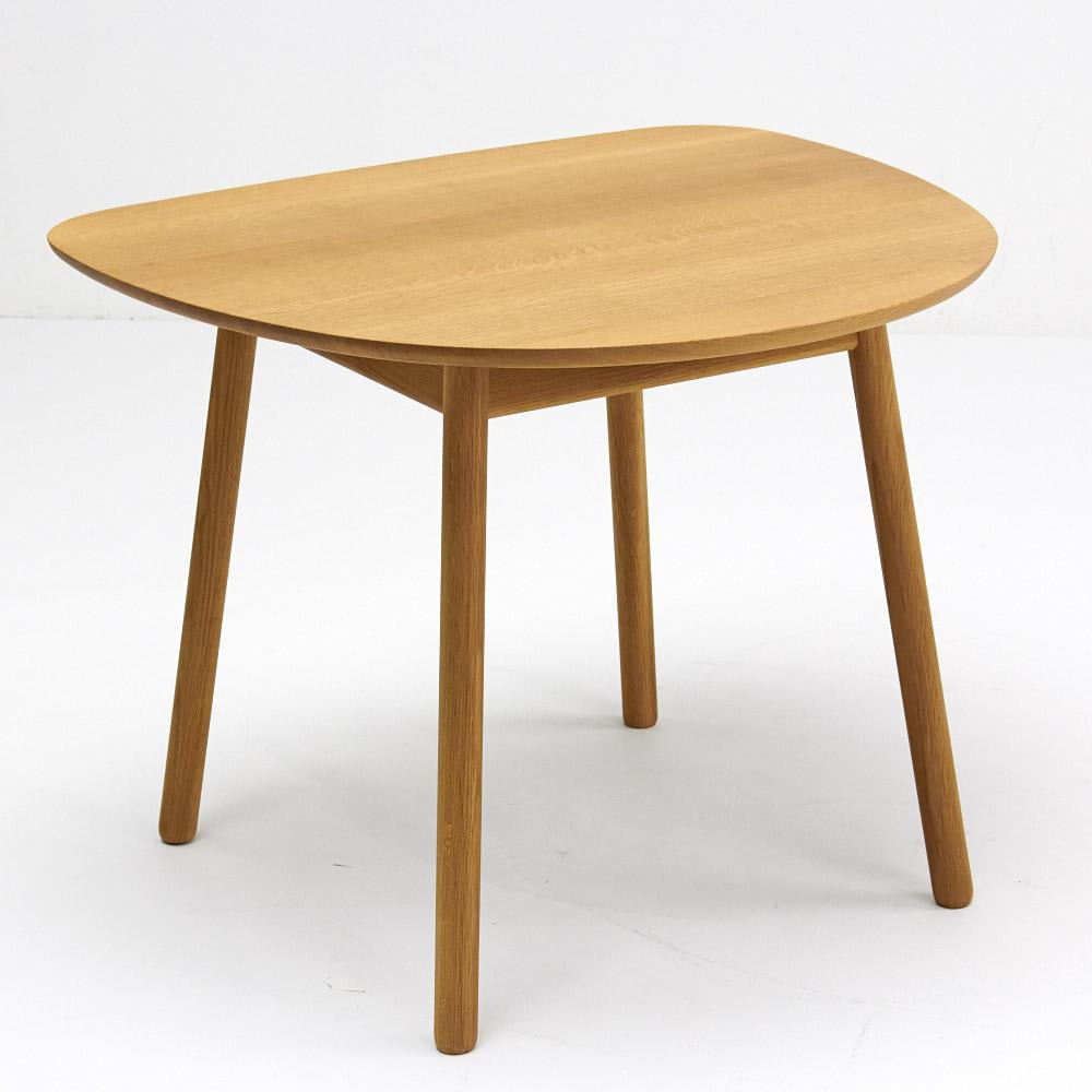 cobrina/コブリナ オーク天然木 ダイニングテーブル 幅89 奥行80cm 脚は上から下にかけて広がる末広がり。圧迫感を感じさせず、安定感のある形状です。
