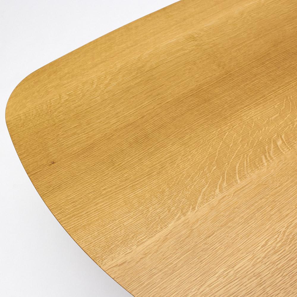 cobrina/コブリナ オーク天然木 ダイニングテーブル 幅89 奥行80cm 天板のアップ。ナチュラルな木目が魅力のオーク材。白い斑紋は虎斑(とらふ)と呼ばれるオーク材の特徴です。