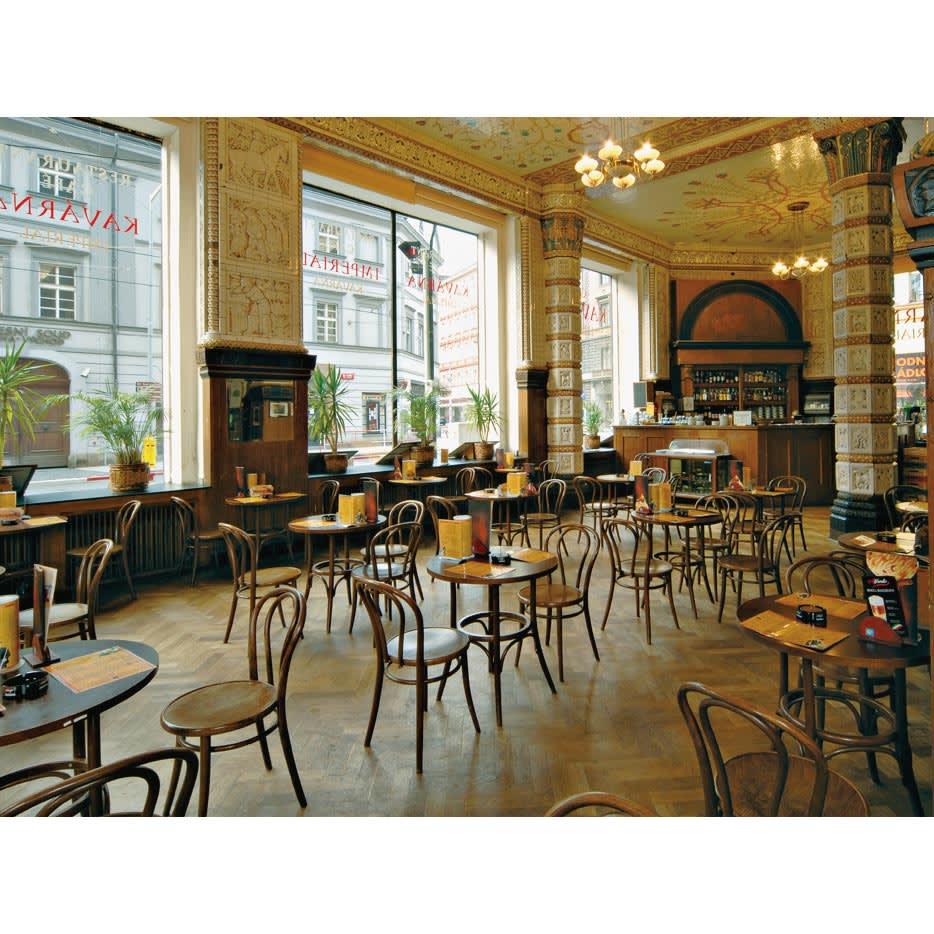 ウィンザーダイニングテーブル 正方形ダイニングテーブル幅80cm×80cm[チェコ・TON社] チェコ・プラハのKAVARNAIMPERIAL(カフェ・インペリアル)。TON社の曲げ木チェアは、ヨーロッパのカフェやレストランで昔も今も使われています。