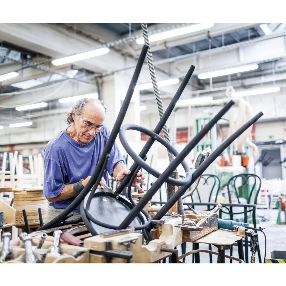 アンティーク風のNO.60スツール[チェコ TON社] ミヒャエルが発明した画期的な「曲げ木技法」は、今も職人たちに受け継がれています。