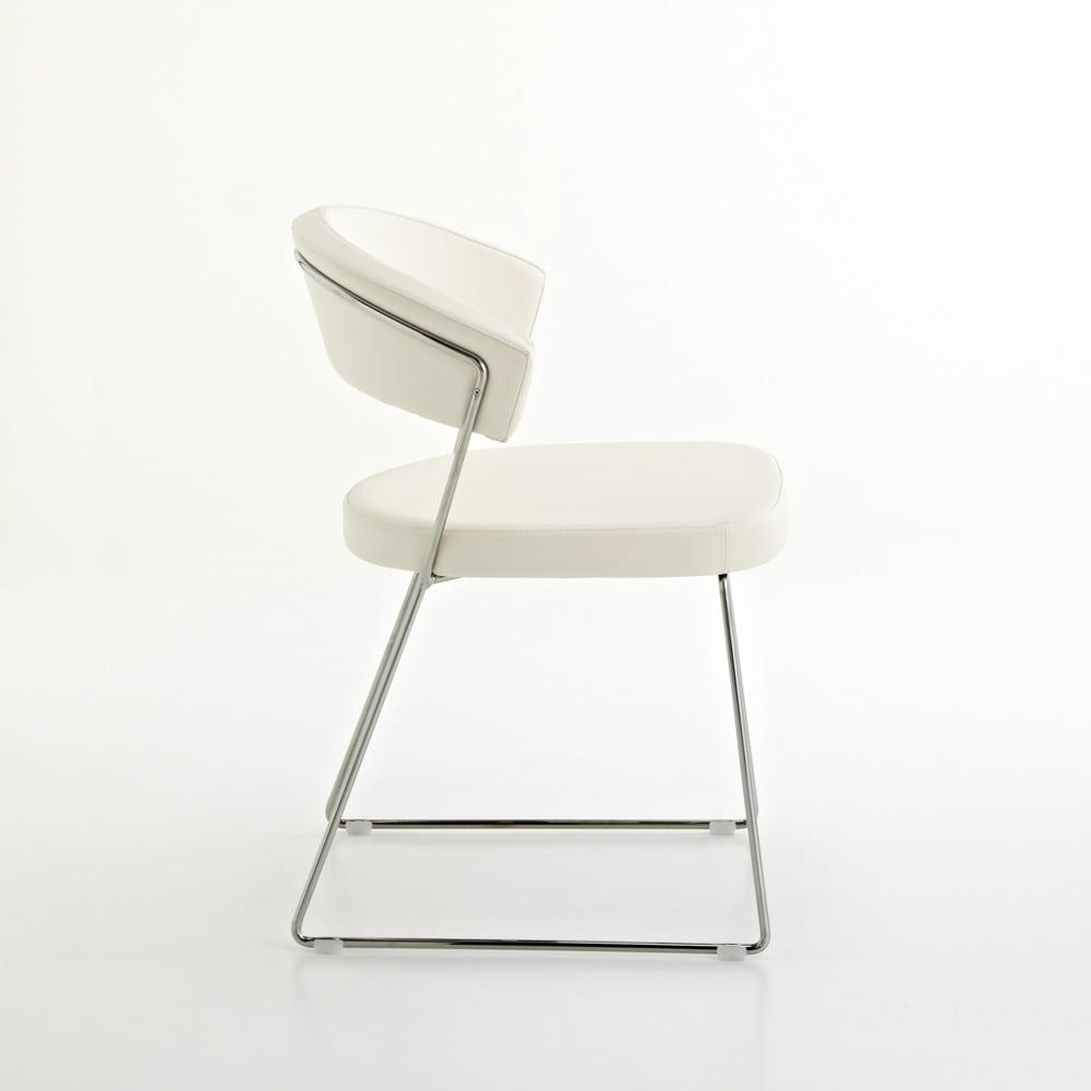 5点セット イタリア製伸長式ダイニングテーブル+NewYorkチェア4脚  テーブル幅130cm(伸長時190cm) チェア側面:フレームのデザインがきれいです。