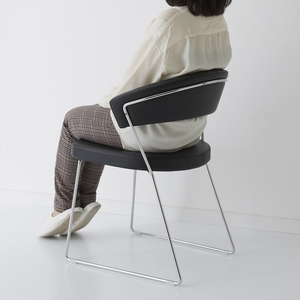 NewYorkニューヨーク 革張りダイニングチェア2脚組[Connubia by Calligaris カリガリス] モデル身長151cm「見たとおりに、包まれるようなすわりごこちですね。背もたれも大きいので安心感がありますね」