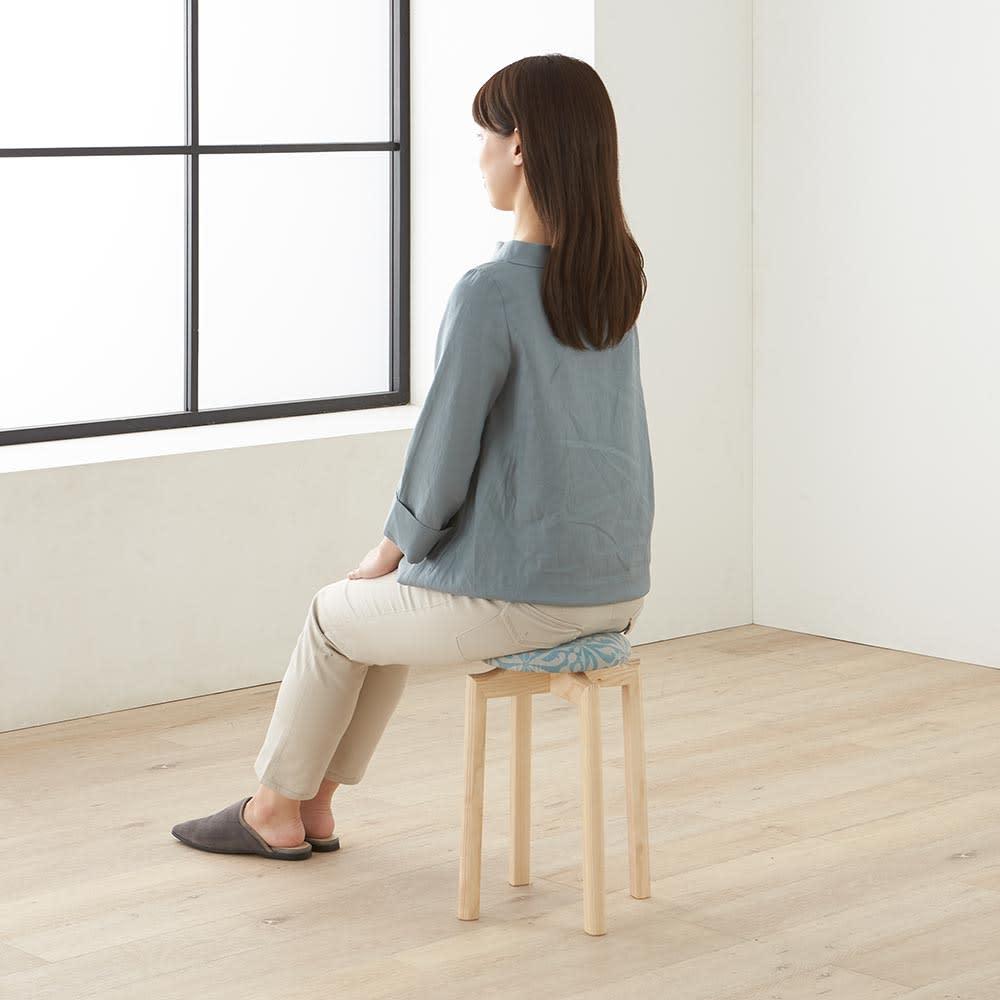 HOUSE STYLING別注マッシュルームスツール[TAKUMIKOUGEI・匠工芸] 高さ40cmタイプに座った状態。脚がしっかりつき落ち着いてゆっくり座るのに便利。