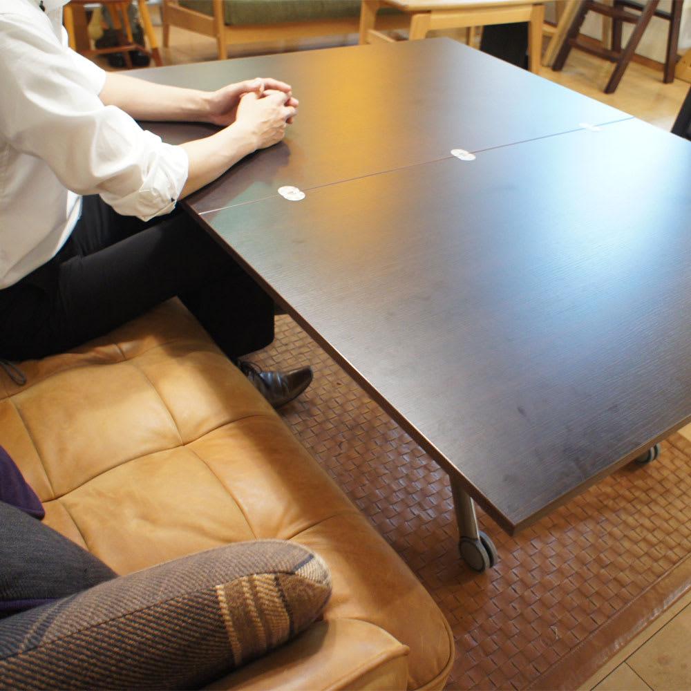 Lift-Up リフトアップ イタリア製昇降エクステンションテーブル[昇降式・伸長式・キャスター付き] テーブル幅110cm×70cm[伸長時140cm×110cm] 高さを60cmくらいにして、天板を伸長した状態。天板が近くにあり、肘をのせることができます。ソファの座部高は39cm(座ってちょっと沈んでいます)。 天板の手前側、ちょっと汚れていますが、撮影後に乾いた布で拭いてすぐにきれいになりました。