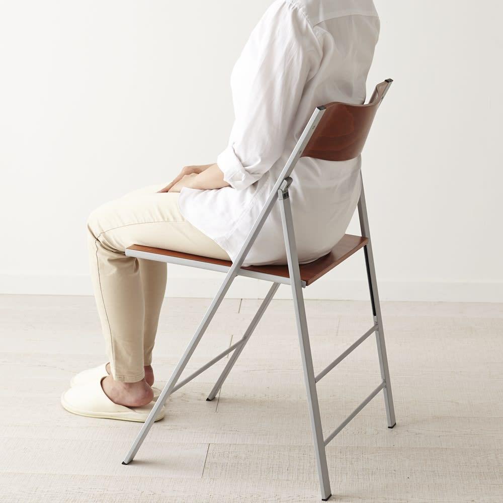 PocketWood イタリア製フォールディングチェア ウッドタイプ モデル身長157cm「背中がちょうどよい位置で支えられます。細く見えるデザインなのに、座ってみると安心感がありますね」