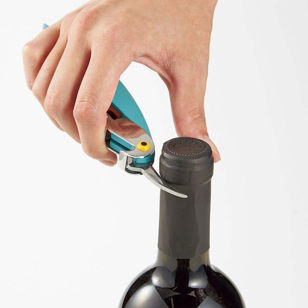 ALESSI/アレッシィ サリフ&ナイフ ソムリエナイフ・ワインオープナー トサカ部分をナイフを起こしてボトルカバーをカット。