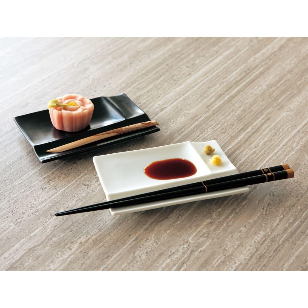 お箸が置けるパレット皿 幅13cm 4枚組  奥からブラック、ホワイトです。