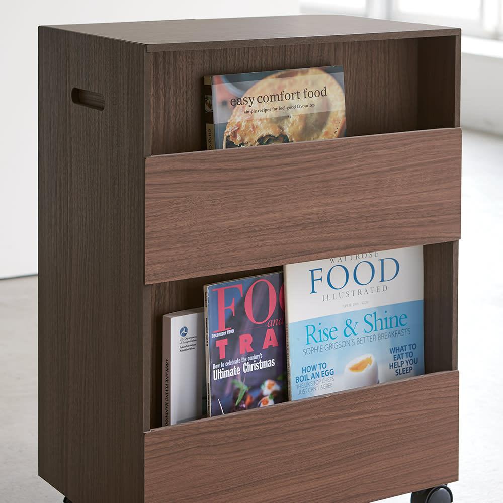 収納マルチワゴン 4段 キャスター付き (イ)ブラウン 背面には本や雑誌をしまえる収納がついています。