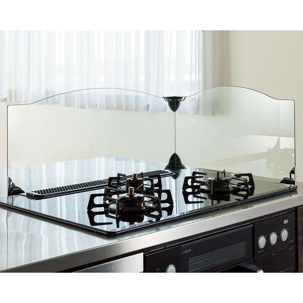 ガラスのコーナーレンジガード コンロ幅60cm用 すっきりとしたクリアタイプ 側板は左右どちらにも設置可能。