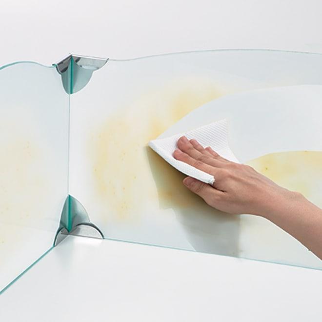 ガラスのコーナーレンジガード コンロ幅75cm用 油などの汚れは家庭用洗剤でさっとひと拭き。すっきりと落とせます。
