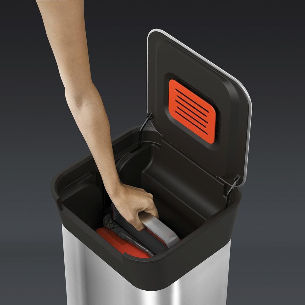 JosephJoseph/ジョセフジョセフ クラッシュボックス ステンレス 20L (Step2)ゴミ袋ごとプレスできるので、手も汚れず清潔。