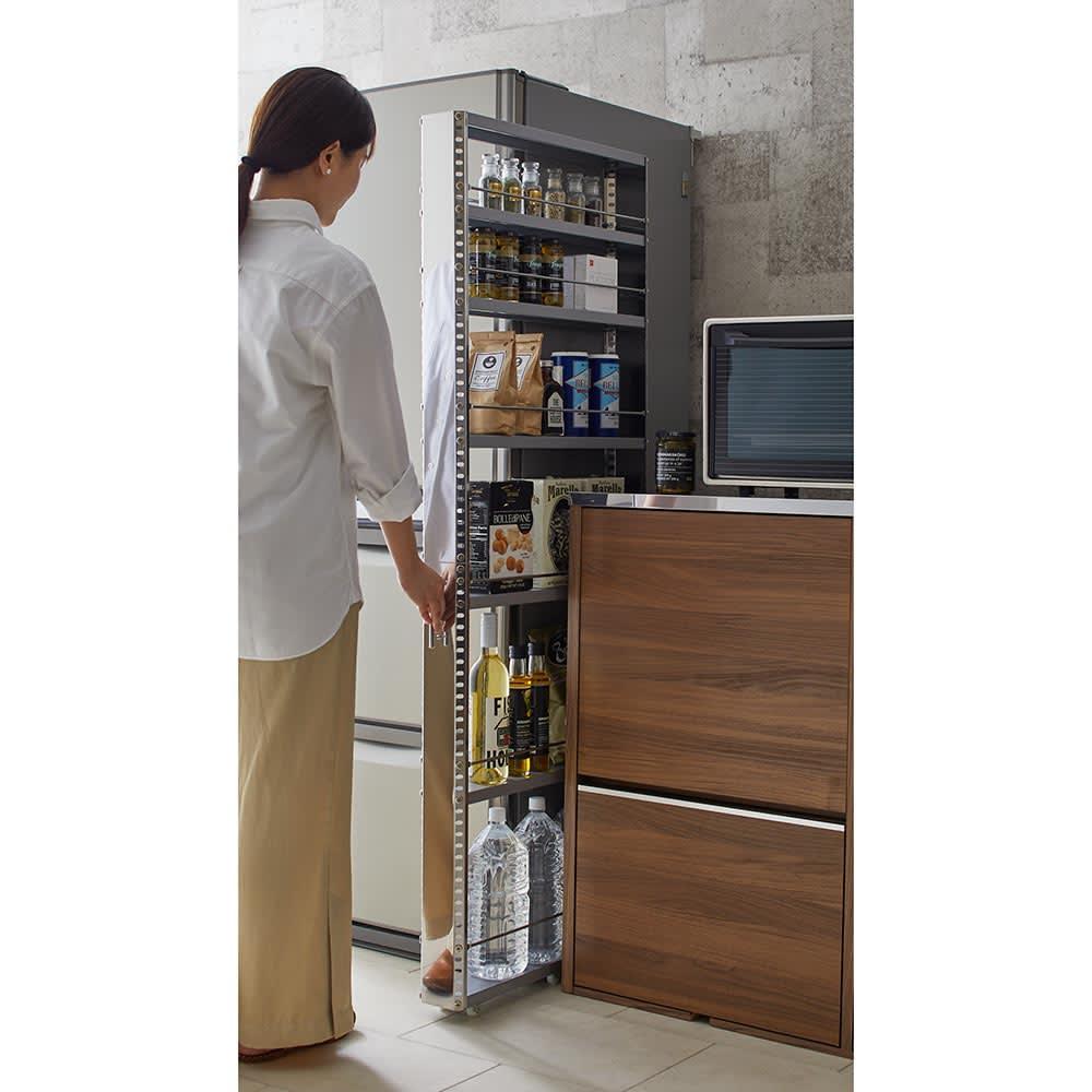 ステンレス製キッチンすき間収納ワゴン ハイタイプ(高さ159cm) 幅10cm奥行60.5cm 軽い力で楽に出し入れが可能。そこ部分に6個ものキャスターを設け、滑らかに動きます。